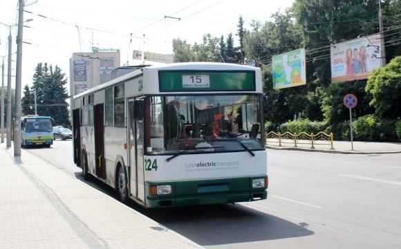У Луцьку п'яний чоловік впав під тролейбус