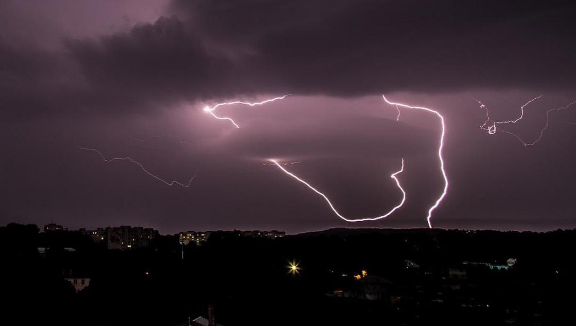 Град, штормовий вітер і грози: на Волинь суне негода