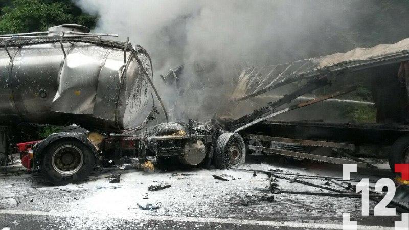 На дорозі Луцьк-Дубно  дві фури врізалися лоб в лоб і загорілися. ФОТО