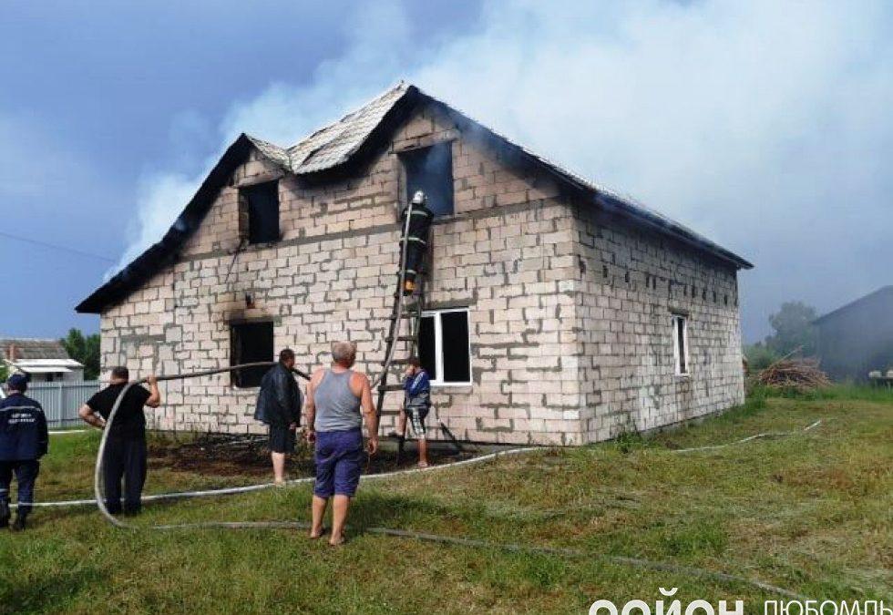Пожежа на Волині: від удару блискавки загорілася новобудова. ФОТО
