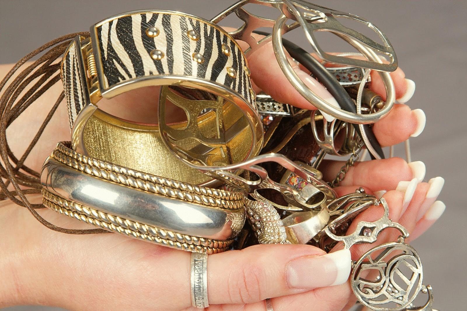 """""""У вас сережка розстебнулась"""": у Луцьку шахрайка відбирала золото у жінок"""