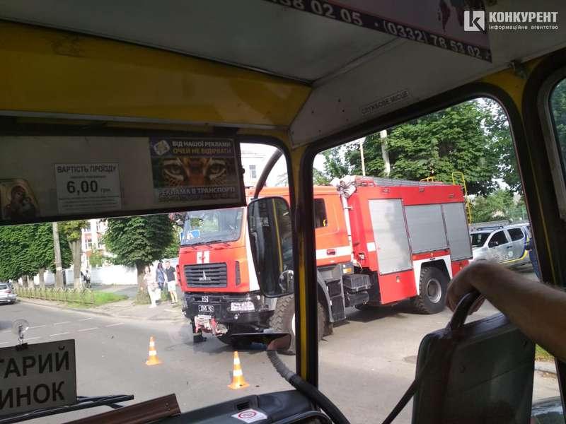 """ДТП у Луцьку: Mercedes """"проігнорував"""" пожежну машину. ФОТО"""