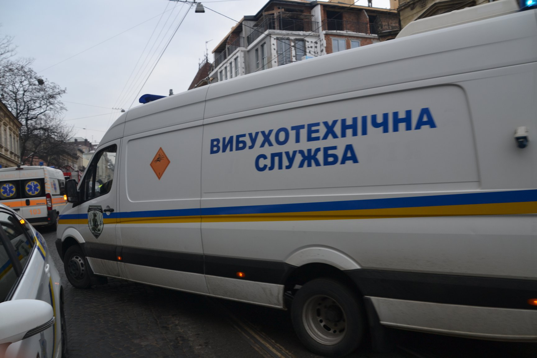 """Хвиля """"замінувань"""" у Луцьку триває: перевіряють заправку, житлові будинки і супермаркети"""