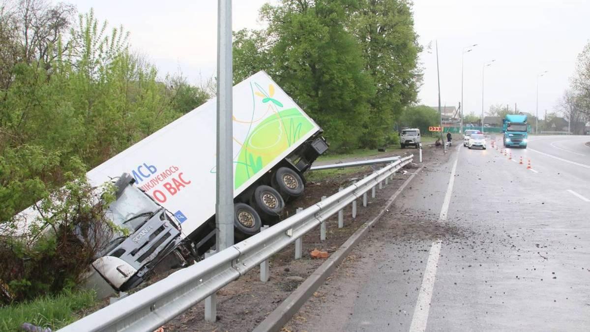 На Волині вантажівка «Scania» злетіла з дороги і перекинулася. Є постраждалі