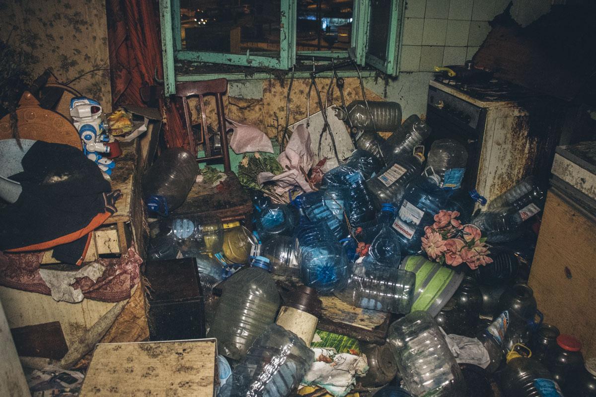 Антисанітарія та жахливий сморід: лучанин зробив у під'їзді сміттєзвалище. ФОТО