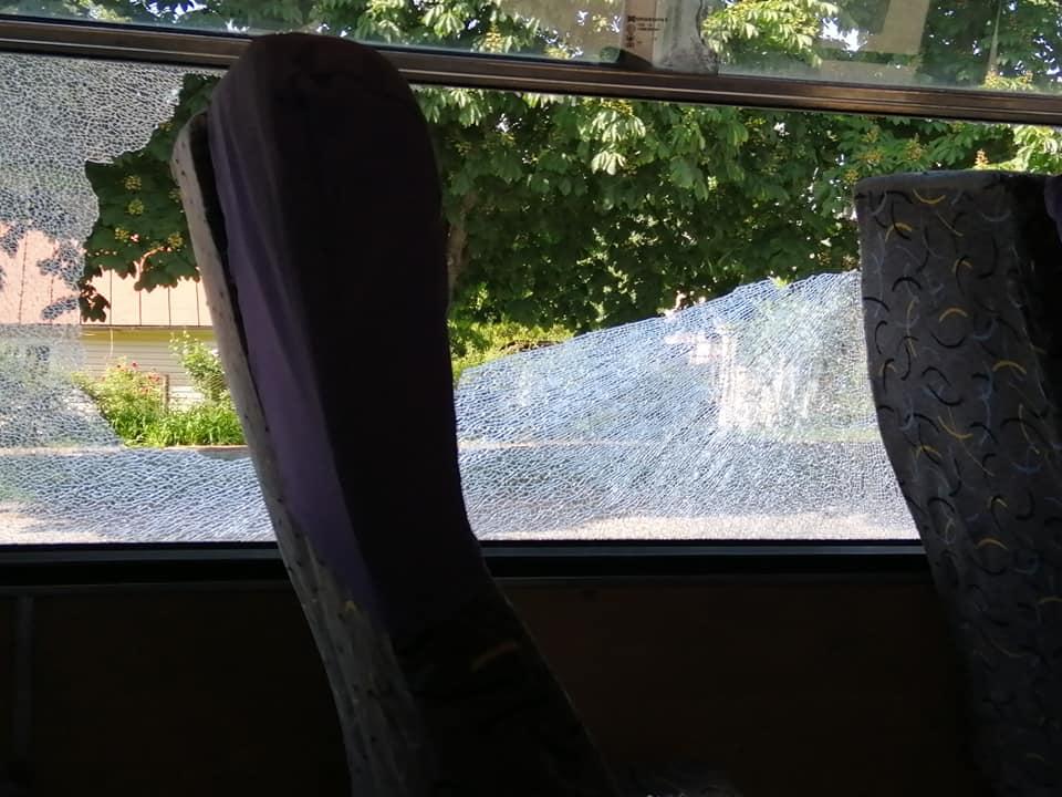 У Луцьку юнак розбив вікно маршрутки каменем. ФОТО. ВІДЕО