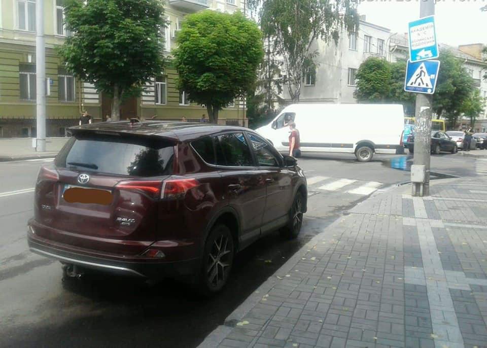 У Луцьку ловили водіїв, які не вміють паркуватися. ФОТО