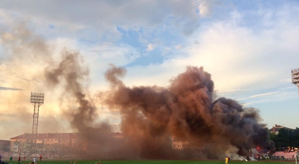 Львівські фанати підпалили трибуни на луцькому стадіоні. ВІДЕО