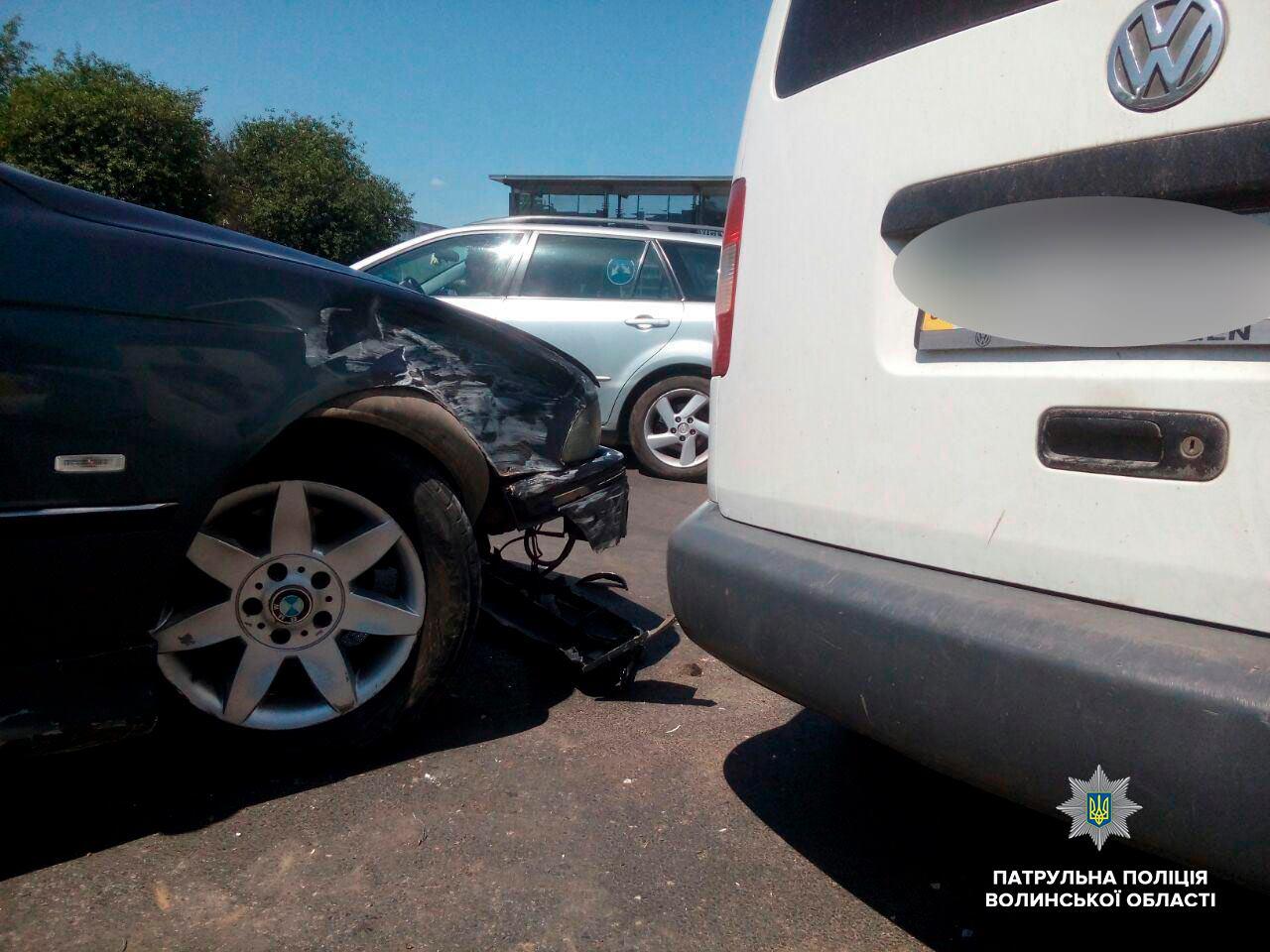 """У Луцьку – аварія на Рівненській:  Volkswagen """"проігнорував"""" ВMW. ФОТО"""