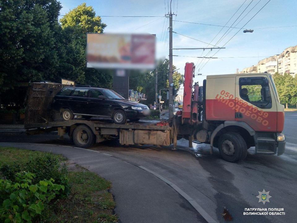 Погоня в Луцьку: п'яний юнак врізався в дерево, а потім – в авто патрульних. ФОТО. ВІДЕО