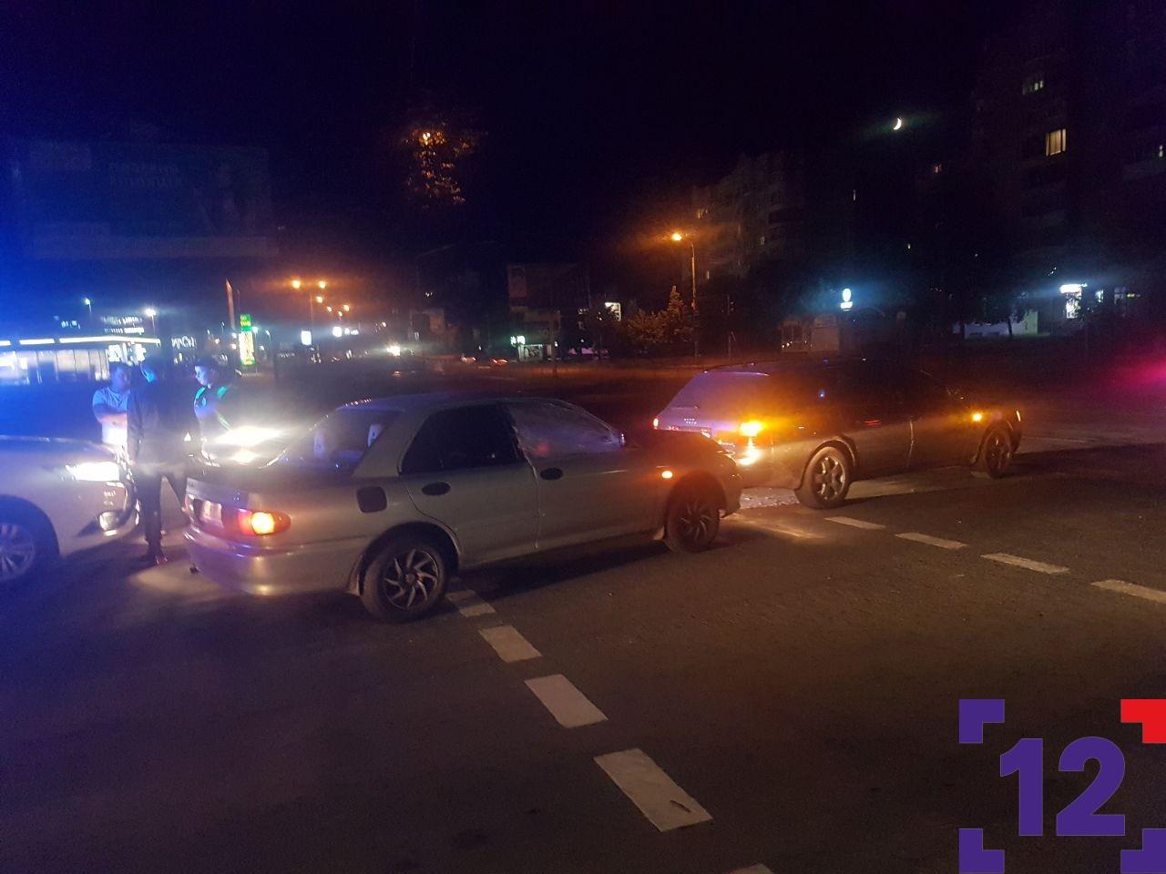 """Нічна аварія в Луцьку: стукнулися """"Mitsubishi"""" та """"Audi""""."""
