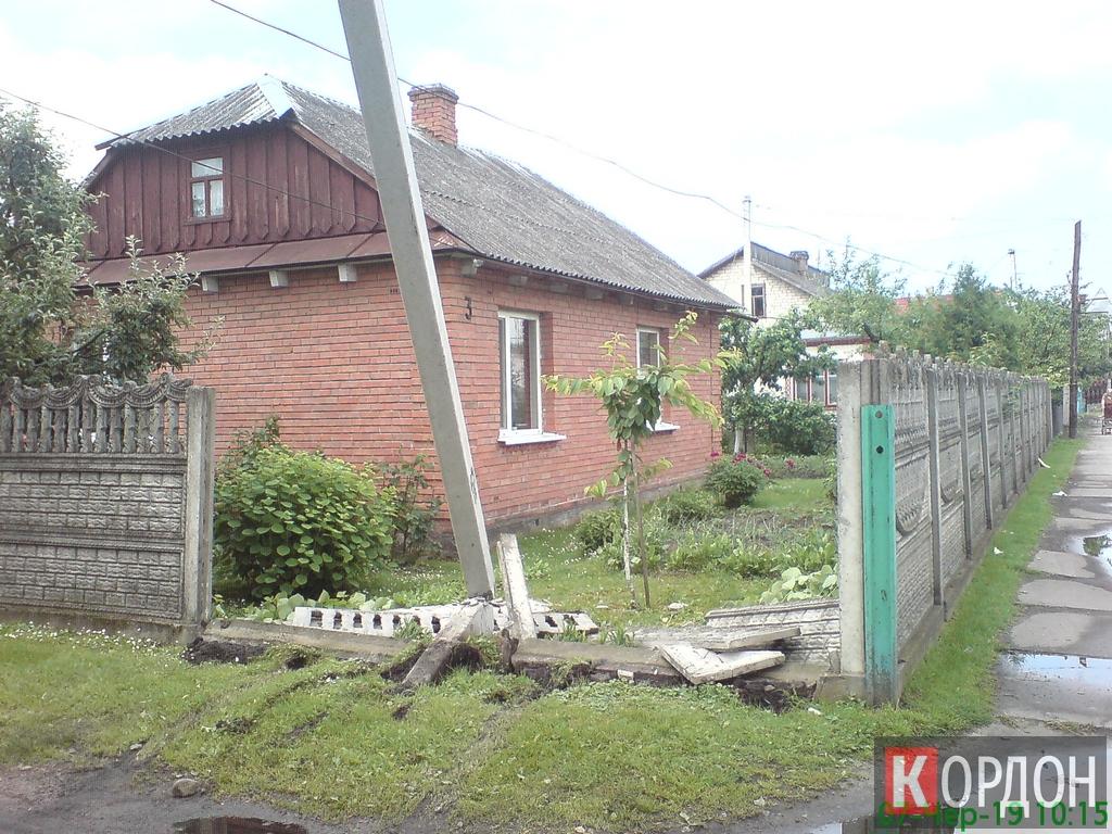 На Волині чоловік збив електроопору та влетів у паркан. ФОТО