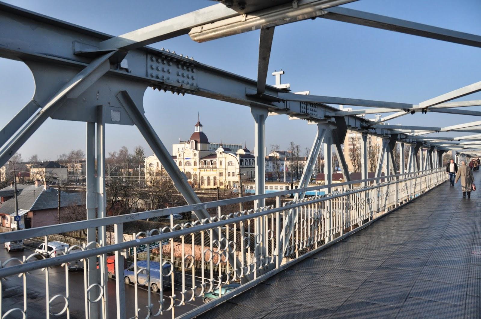 На мості у Луцьку п'яний чоловік пограбував перехожого і проламав йому череп