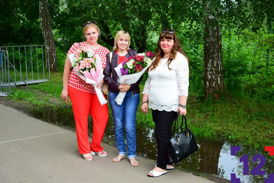 До концерту Винника в Луцьку – 2 години. Перші шанувальниці вже на місці. ФОТО