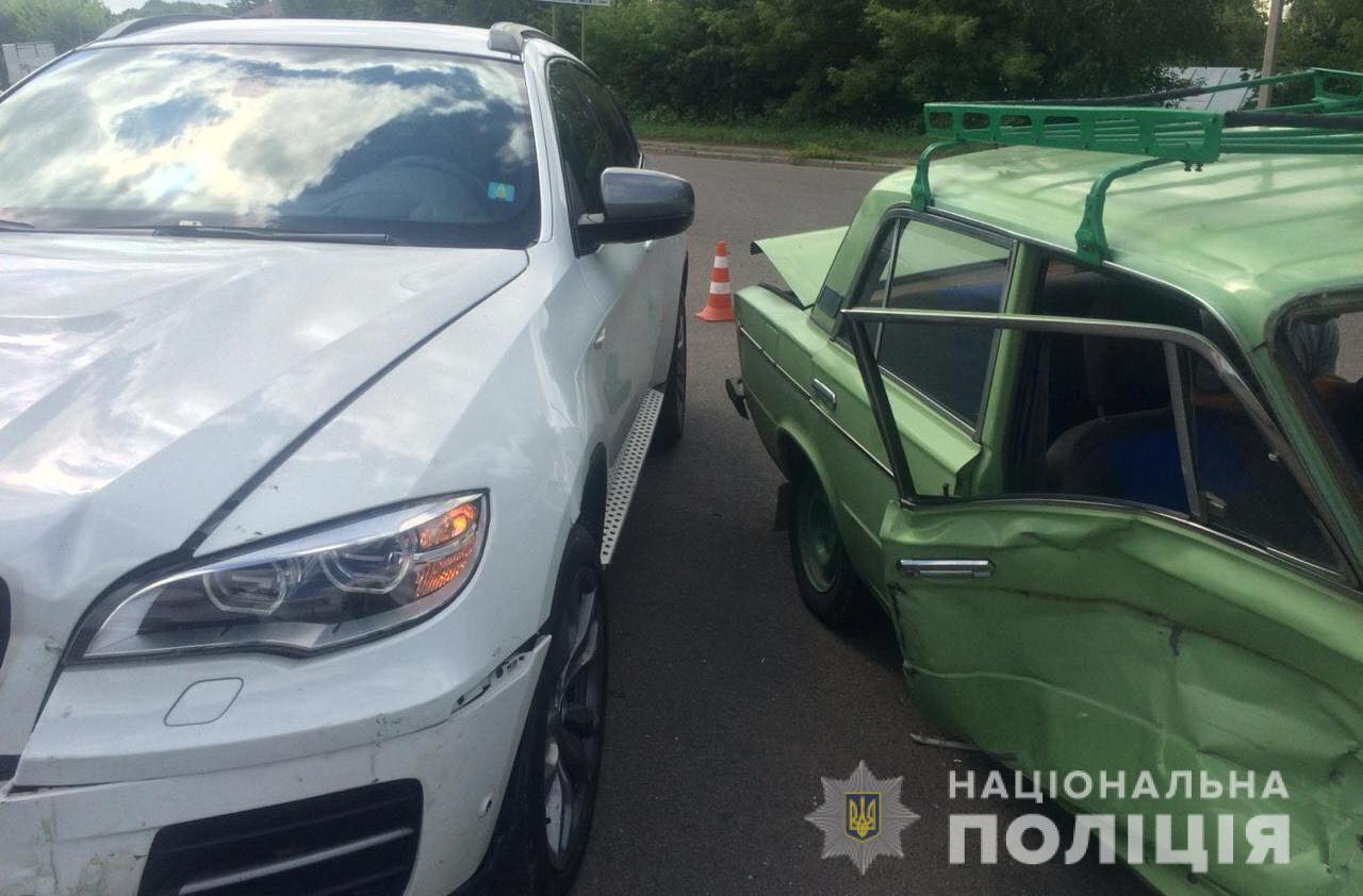 """У Луцьку """"BMW X6"""" врізалася у """"ВАЗ"""". Постраждав чоловік. ФОТО"""
