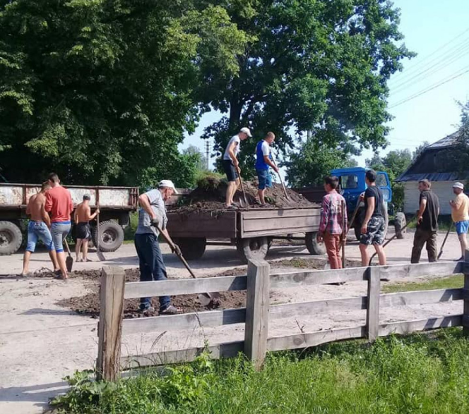У селі на Волині люди самі взялися ремонтувати дорогу. ФОТО