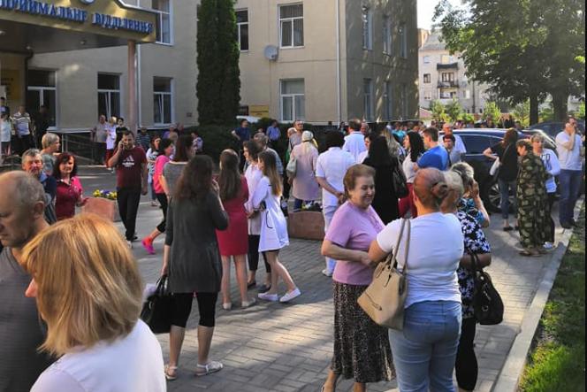 У Луцьку повідомили про замінування обласної лікарні. Людей евакуйовують. ФОТО. ОНОВЛЕНО