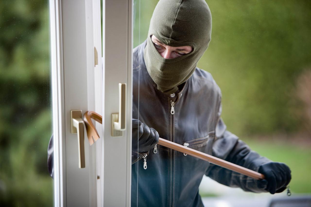 """У Ковелі чоловік виламав двері і """"обчищав"""" квартиру. ФОТО. ВІДЕО"""