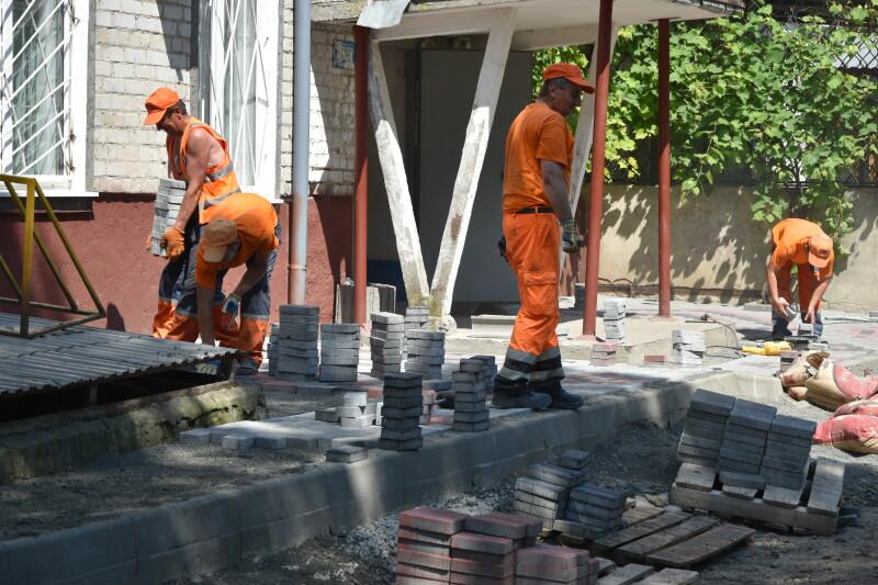 Як в аномальну спеку  ремонтують луцькі двори. ФОТО