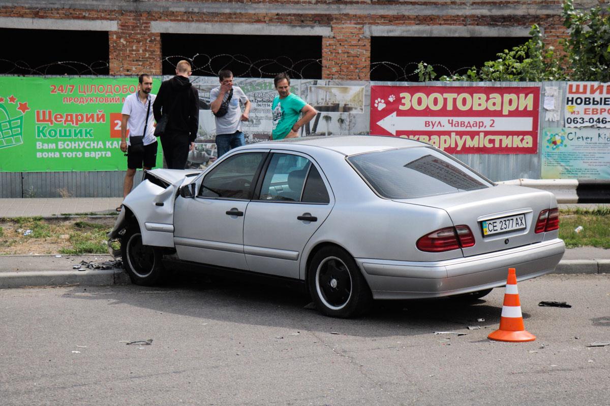 """У Луцьку """"Mercedes"""" виїхав на зустрічну смугу і влупився у вантажівку: є постраждалі"""