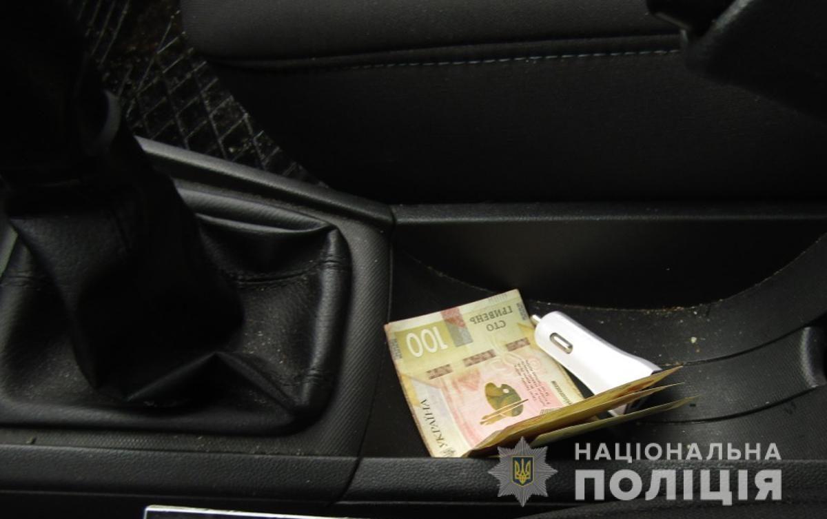 """У Луцьку п'яний """"євробляхер"""" тицяв патрульним 5 тисяч гривень"""