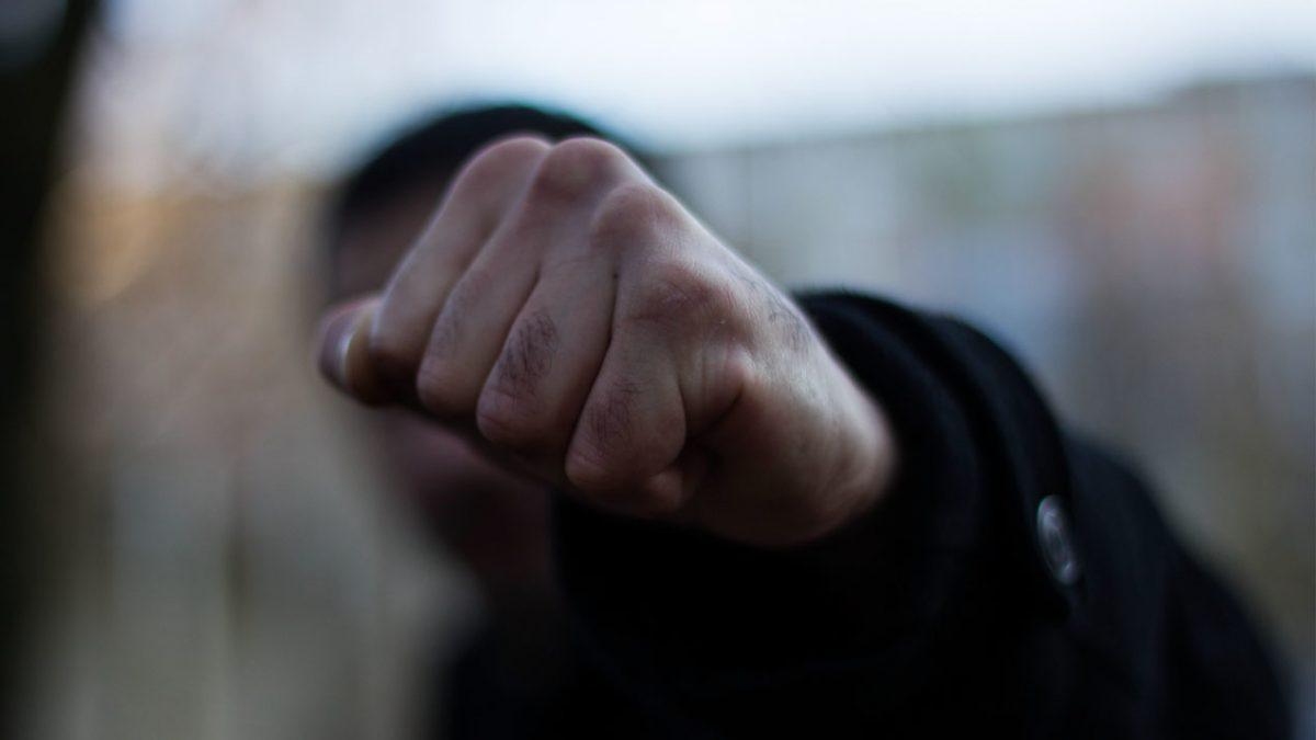 На Теремнівських ставках муніципали відбивалися від п'яного чоловіка. ФОТО