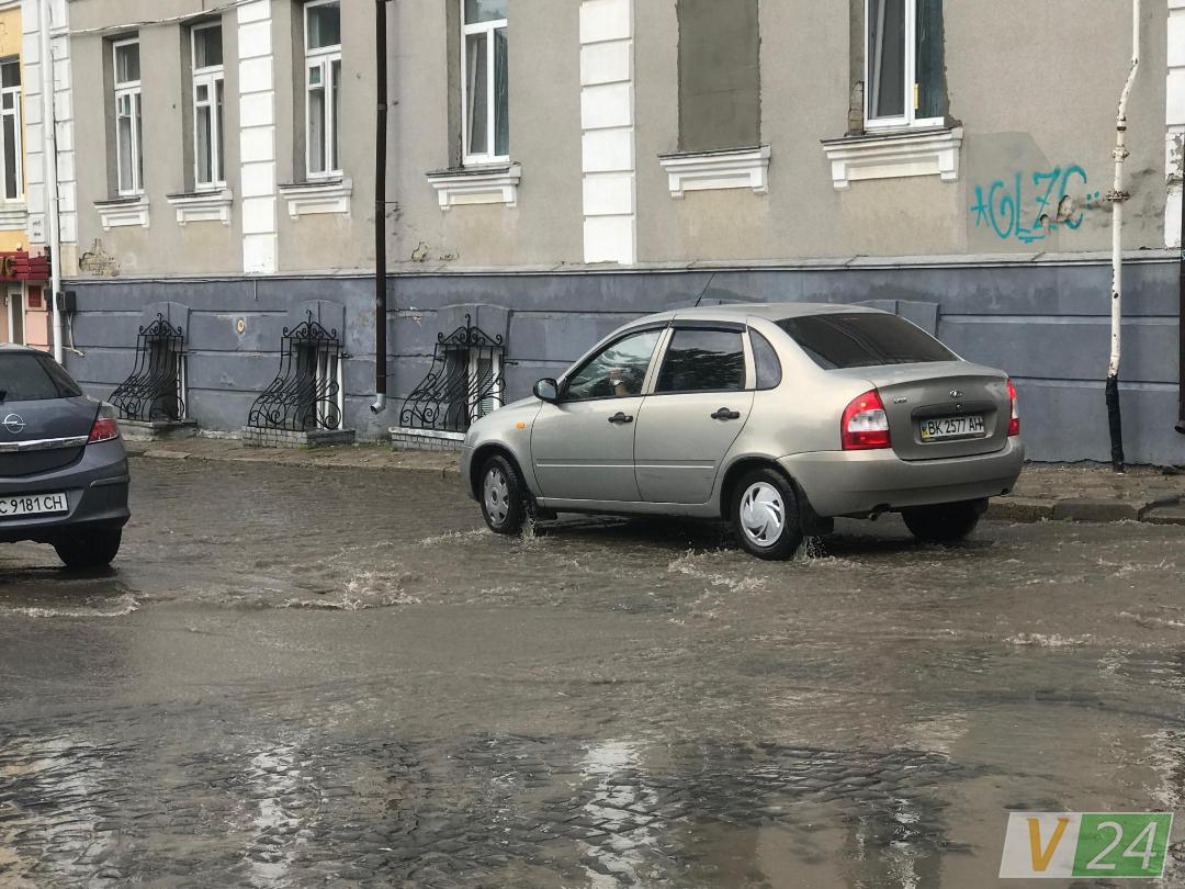 """Після зливи у Луцьку """"потонула"""" вулиця. ФОТО"""