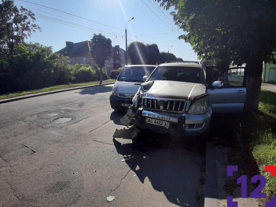 Ранкова ДТП у Луцьку: стукнулися бус і позашляховик. ФОТО. ВІДЕО