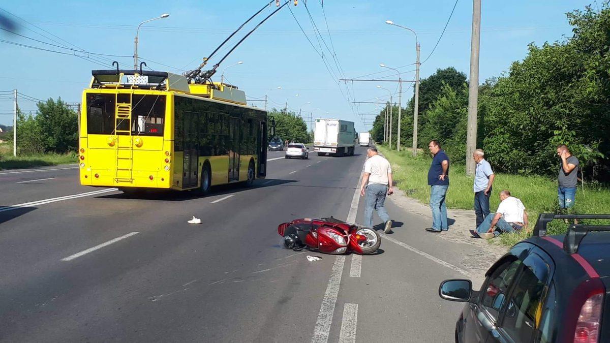 Під Луцьком – аварія за участю тролейбуса і скутера. ФОТО