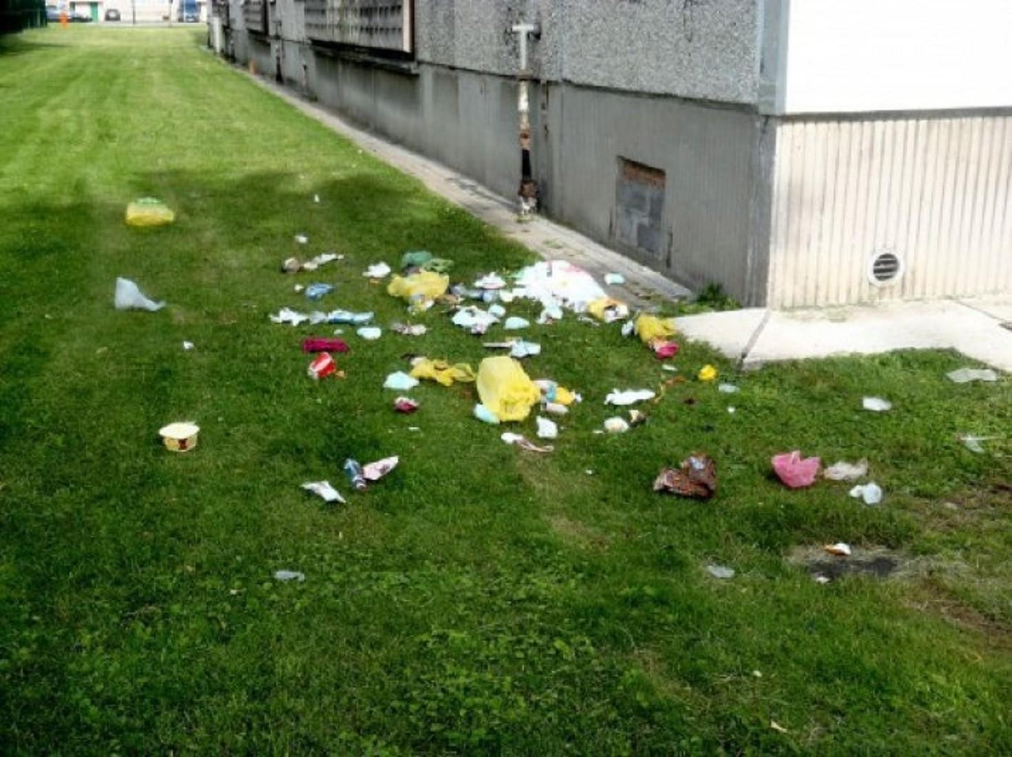У Луцьку чоловік викидав сміття з вікна багатоповерхівки. ФОТО