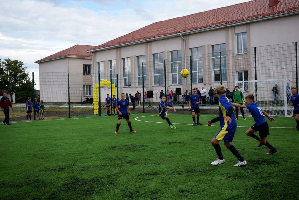 У Шацьку збудували нове футбольне поле зі штучним покриттям. ФОТО