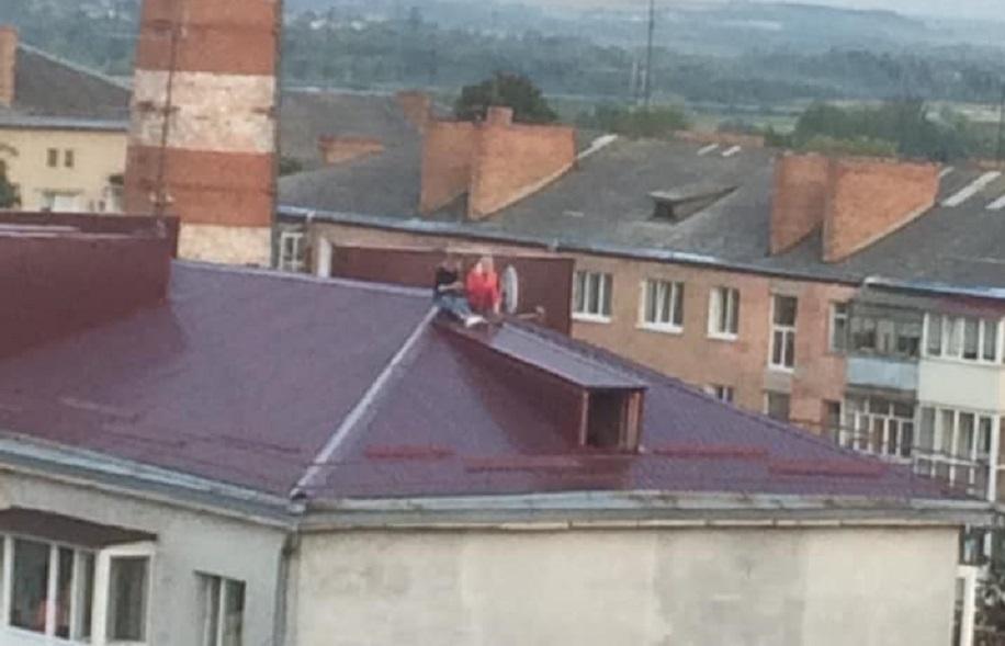 Небезпечні розваги: у Луцьку діти гуляли на даху будинку. ФОТО