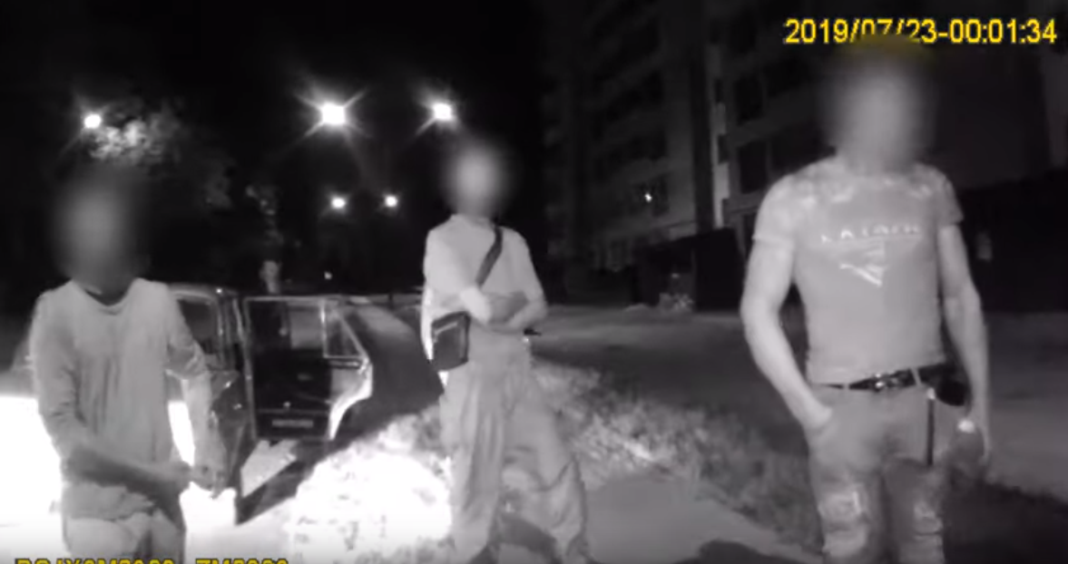 У Луцьку п'яний молодик благав патрульних взяти хабар. ФОТО. ВІДЕО
