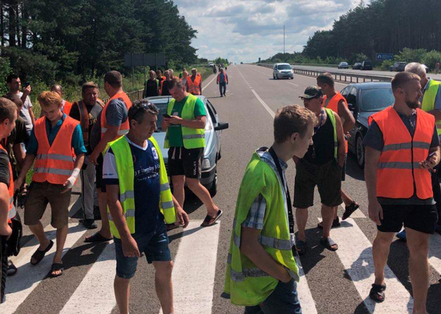 50 далекобійників заблокували трасу на Ковель: пояснили, чому стоять і кого пропускають. ФОТО. ОНОВЛЕНО