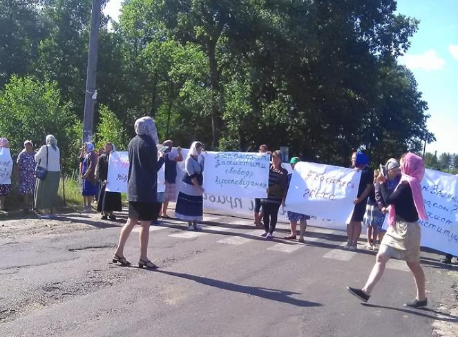 У селі на Волині люди перекрили дорогу, бо хочуть повернути Московський патріархат. ВІДЕО
