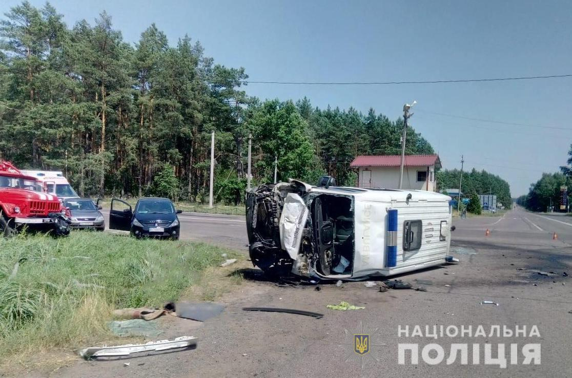 """Моторошна аварія на Волині: """"швидка"""" влетіла у вантажівку. Загинуло двоє людей. ФОТО. ВІДЕО"""