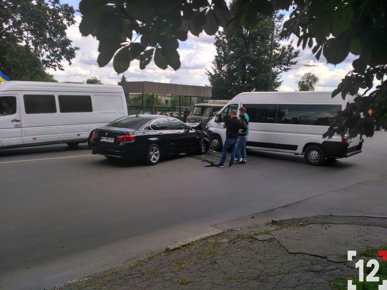 У Луцьку стукнулися елітний BMW та бус. ФОТО
