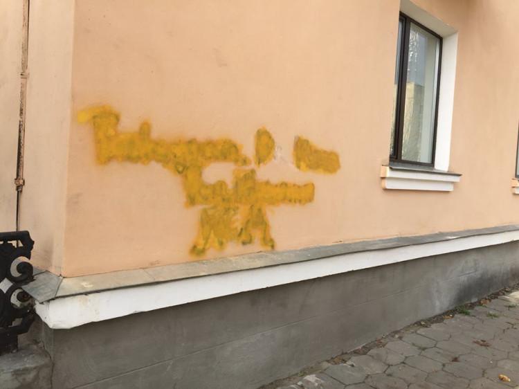 Лучан кличуть боротися із рекламою наркотиків на будівлях. ВІДЕО
