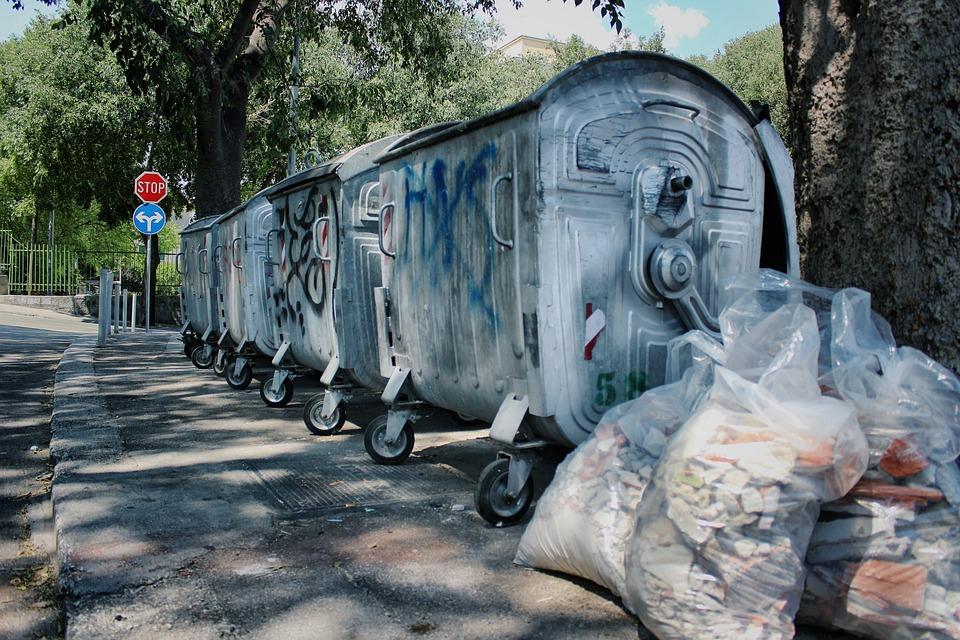 Лучанин влаштував сміттєзвалище під вікнами багатоповерхівки. ФОТО