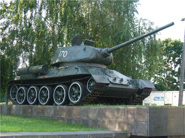 """ДТП на Волині: """"Volgswagen"""" влетів у танк-пам'ятник. ФОТО"""