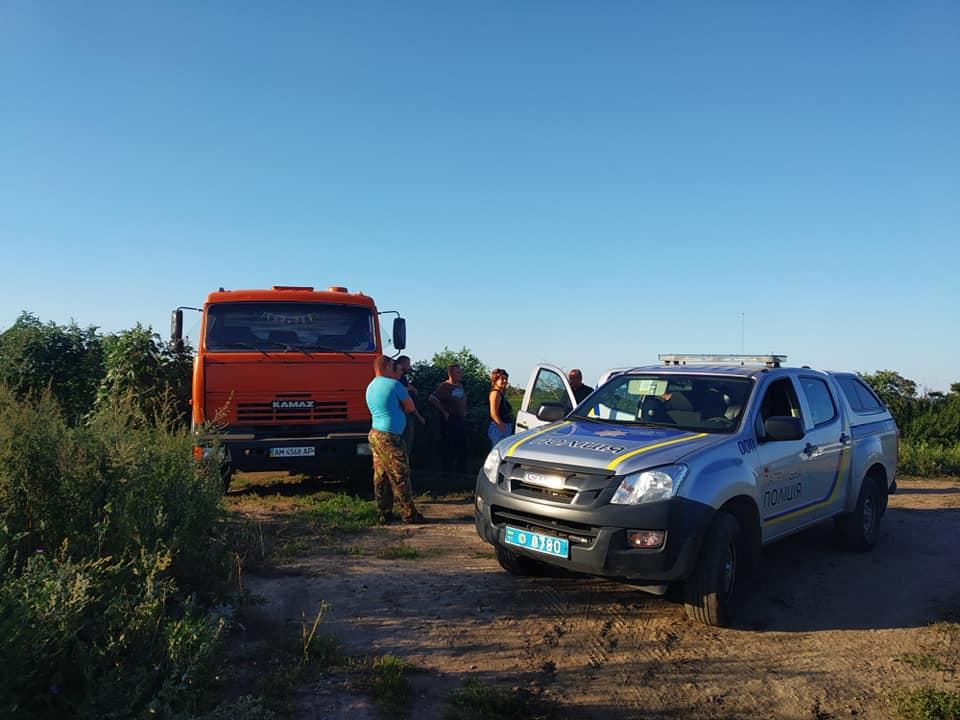 """Під Луцьком """"на гарячому"""" спіймали вантажівку, яка зливала нечистоти. ФОТО"""