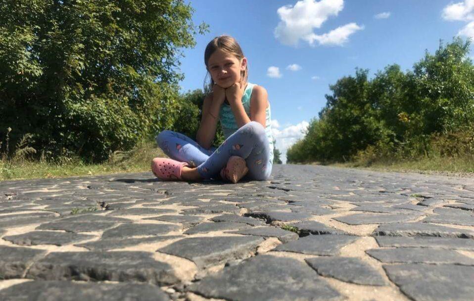 """Минуло майже століття, а """"трилінка"""" – як нова: Катерина Дулапчій показала дорогу, яку робив її дід. ФОТО"""