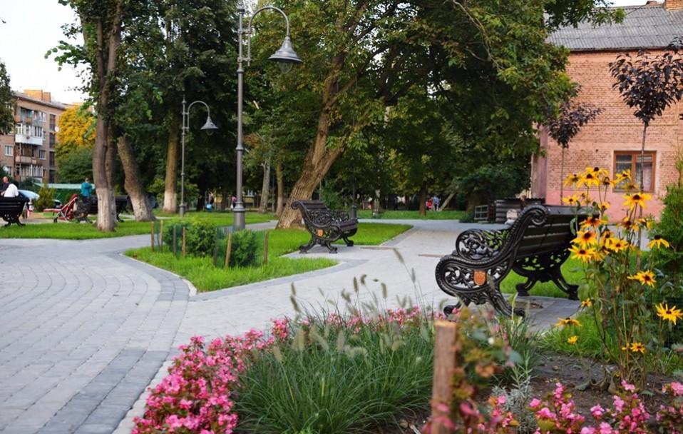 На місці квіткового ринку в центрі Луцька відкрили сквер. ФОТО