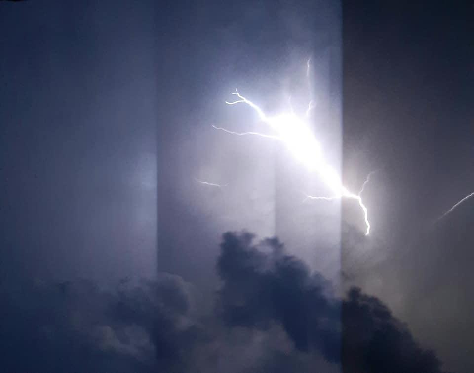 """""""Апокаліптична"""" ніч у Луцьку: соцмережі засипали світлинами грозового неба. ФОТО. ВІДЕО"""