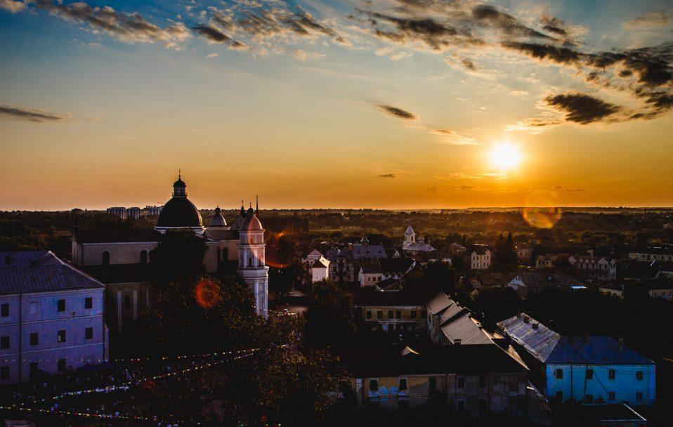 Неймовірний захід сонця у Луцьку: вигляд з В'їзної вежі замку Любарта. ФОТО