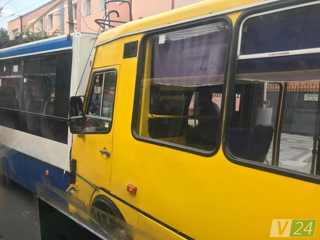 ДТП у Луцьку: маршрутка в'їхала у тролейбус. ФОТО