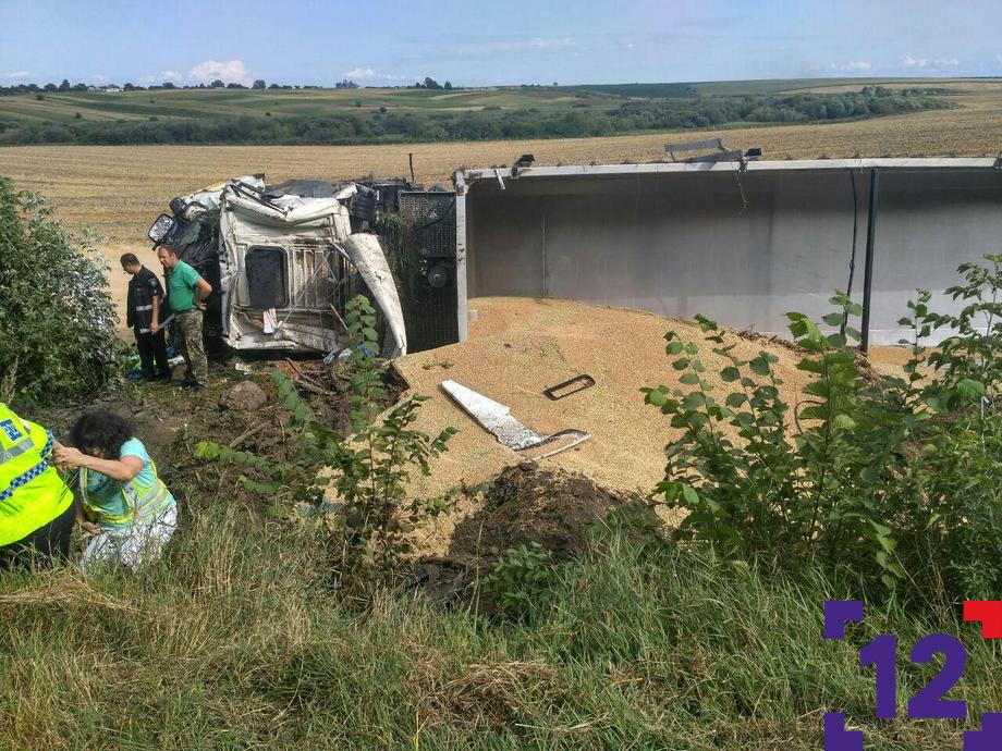 На Волині з дороги злетіла вантажівка із зерном. Водій загинув