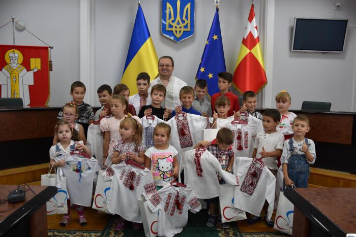 У Луцьку дітям-сиротам подарували вишиванки. ФОТО
