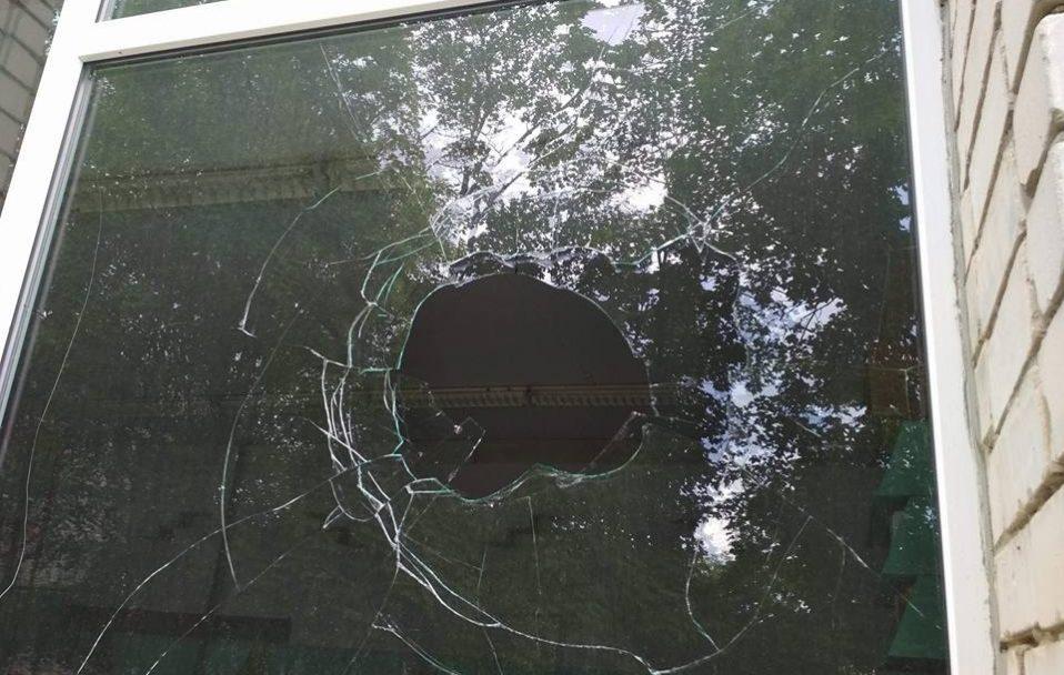 """У селі на Волині люди побили  вікна в хаті священника і вимагали  """"забиратися геть"""". ФОТО"""