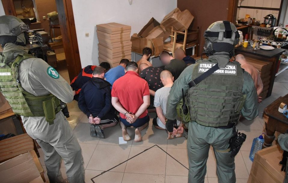 У Польщі затримали 26 українців, які працювали в підпільному цеху